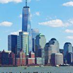 Das One World Trade Center in Manhattan. Die Basis der 124 m hohen Spitze sitzt in der Mitte des Daches auf und verjüngt sich nach oben.