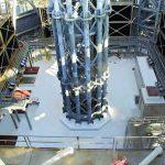 Die Basis der 124 m hohen Spitze sitzt in der Mitte des Daches auf und verjüngt sich nach oben. Bild: Kemper System