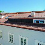 Dach mit Kunststoffdachbahn, die an Kupfer erinnert