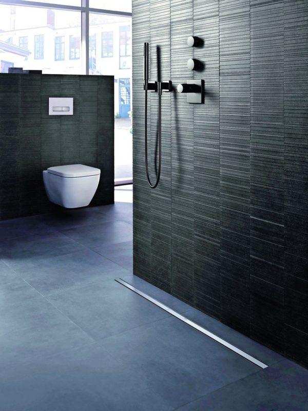 Dusche ohne Duschwanne, mit im Boden versenkter Ablaufrinne. Bilder: Geberit