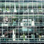 Kommunikativer Knotenpunkt ist die verglaste, 25 m hohe Innenhalle, die alle Geschosse miteinander verbindet. Bilder: Marcus Pietrek