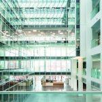 An der Fassade der Innenhalle trägt ein Glastrennwandsystem mit passenden Türen zur Architekturtransparenz bei. Bild: Marcus Pietrek