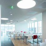 Auch die Kantine setzt die Architekturidee mit klaren Strukturen und Helligkeit fort, unterstützt von der Gipskartondecke mit integrierter Technik. Bild: Marcus Pietrek
