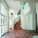 Auch der Innenraum des Cafés wurde in Anlehnung an Friedensreich Hundertwasser gestaltet. Bild: czerner göttsch architekten   Fotograf Klaus Frahm