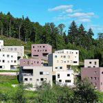 Erdige Töne im Besenstrich: Durch das erdige Farbkonzept wirken die acht Schüler- und vier Lehrerhäuser wie ein gewachsenes Bergdorf.