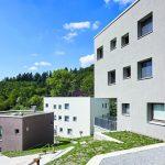 An den Fassaden der schlichten zweigeschossigen Lehrerhäuser strukturiert der Besenstrich die Oberflächen. Bild:Brillux