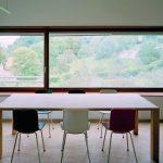 Im klar geordneten Innenraum haben die Nutzer das Kloster und die grüne Umgebung im Blick. Bild: Brillux