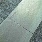 Auch die Abdeckungen der Kabelkanäle erhielten eine seidige Oberfläche aus Schieferwerksteinen. Bild: Rathscheck Schiefer