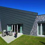 Markant: Das Dach wird durch eine Zinkblechverkleidung um die zweischalige Außenwand aus Kalksandstein und Klinker weitergeführt. Bilder: Burg+Schu, www.palladium.de | KS-Original GmbH