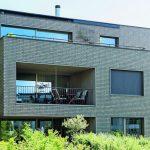 Verklinkerte Architektur von Think Architecture mit dezenten Sonnenschutzlösungen, die mit sensibel reagierenden Antrieben automatisiert sind. Bild:Storama AG