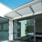 Terrasse mit Teilbeschattung durch ein Lamellendach. Bild: Renson