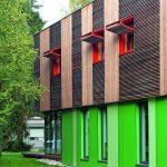Haus mit Holzfassade und Faltläden im oberen Gebäudeteil. Bild: Renson