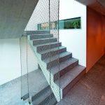Das über mehrere Geschosse gespannte Architekturnetz interpretiert den Gedanken des Treppengeländers auf überraschend neue Weise. Bild: www.jakob.com