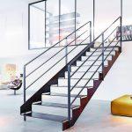 Der alternative Weg zur Entmaterialisierung: Treppe mit gut wahrnehmbarem Geländer als selbstbewusste, in sich logische und geschlossene Architektur. Das Design von Max Wehberg erhielt den Iconic Award 2016. Bild: Spitzbart Treppen