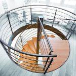Die feingliedrigen Linien der Füllstäbe visualisieren die mögliche Wegeführung: Waagerecht auf der Geschossdecke oder mit elegantem Schwung die Treppe hinab. Bild: Fuchs-Treppen