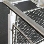 Geländerfüllunng mit Netzen, die in unterschiedlichen stilistischen Zusammenhängen eingesetzt werden kann. Hier im vormontierten Stahlrahmen, alternativ aber auch bauseits zwischen Stahlrohre oder -seile gespannt. Bild: www.jakob.com
