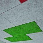Ansprechende Deckenoptik mit feiner Holzwollestruktur und gefasten Kanten. Bild: Fibrolith Dämmstoffe