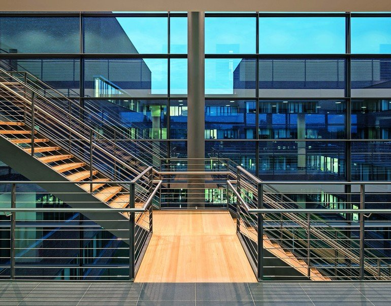 Der Entwurf für die Institutsneubauten für Physik der Uni Rostock stammt vom Architekturbüro Gerber Architekten, Dortmund, und zeichnet sich durch elegante Funktionalität aus. Bilder: H.G. Esch | Carl Stahl