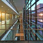 Transparente Geländerfüllungen unterstützen die Puristik des Neubaus. Bild: H.G. Esch   Carl Stahl