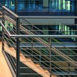 Die Treppenaufgänge sind durch Edelstahlseile unauffällig gesichert. Bild: H.G. Esch   Carl Stahl