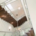 Stahltreppe mit Holzstufen und Glasgeländer. Bild: Kenngott