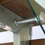 Detail einer Stahltreppe mit Holzstufen und Glasgeländer. Bild: Kenngott