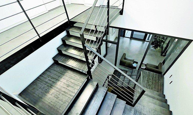Treppenhaus im Industrielook, mit freigelegten Stahloberflächen. Bild: Spitzbart Treppen