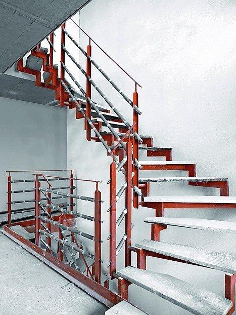 Wer sich für eine hochwertige Geschossverbindung von Fuchs-Treppen entscheidet, kommt bei den meisten Modellen auch in den Genuss einer (Roh-) Bautreppe. Bild: Fuchs-Treppen