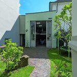Zugang zum umgebauten Bürogebäude auf insgesamt 145 m² BGF in einem eng verbauten Ensemble. Bilder: Dietmar Blome