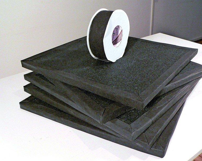 Fünf mit schwarzem Textilstoff bespannte Platten, Bandrolle mit demselben schwarzen Stoff obendrauf. Bild: Variotec GmbH