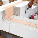 Mauer aus Porenbeton-Ziegeln wird gelegt. Bild: H+H Deutschland