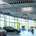 Akustikelemente im Autohaus: Maßgefertigt für weniger Nachhall