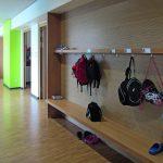 Weiße und hellegrüne Wandflächen erzielen in Kombination mit Holz eine freundliche Atmosphäre. Bild: UKP – Hettich Architekten