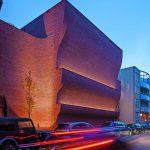 Neubau einer Doppelsporthalle in Groningen (NL): Sportliche Welle mit Klinkerriemchen. Bilder: Daria Scagliola