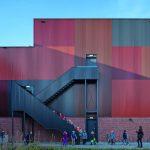 Rückseite mit farbigen Stahltrapezprofilen: Deren Patchworkanordnung soll die heterogene Umgebung widerspiegeln. Bild: Daria Scagliola