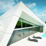 Mit seiner monolithischen Form und dem schrägen, wegen der Hanglage leicht nach vorne kippenden Satteldach strahlt das Haus Ruhe und Dynamik zugleich aus. Bild: Prefa/Croce