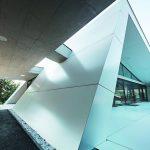Für spannende Effekte sorgt neben vielen Schrägen die Hülle an sich – aus 500 m² rein weiße Aluminium-Verbundplatten. Bild: Prefa/Croce