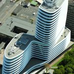 Gebäude mit Büroturm, Fassade in organischen, gewellten Formen. Bild: Carlisle CM Europe