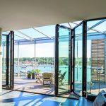 Der hochwertige Wohnraum wird bei geöffneten Glas-Faltwänden im Handumdrehen zur weitläufigen Terrasse. Bild:Solarlux GmbH