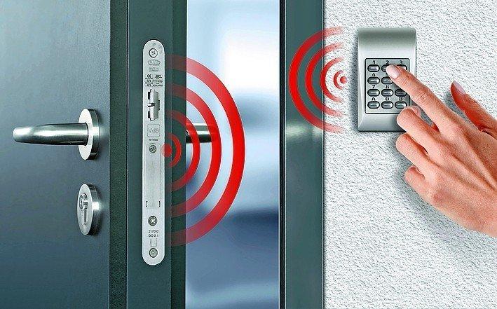 Tür mit funkgesteuertem Zahlenschloss. Bild: Gretsch-Unitas
