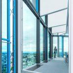 Die Anordnung der insgesamt 700 Bodenkonvektoren, von denen die meisten vor der Glassfassade installiert sind, erleichtern ein eventuell nachträgliches Ändern der Raumaufteilung. Bild: ©Festo AG & Co. KG, alle Rechte vorbehalten