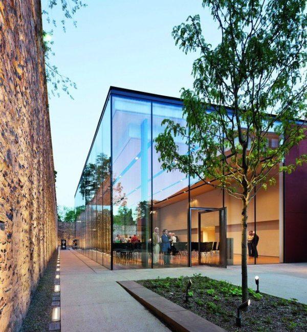 Eine leichte, filigrane Ästhetik und größtmögliche Tageslichtnutzung ermöglicht das Bauen mit Glas. Große Glasformate erlauben dabei besondere Transparenz. Bild: Thiele Glas, Fotograf Michael Moran/OTTO