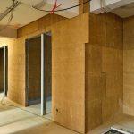 Nur die Farbe verrät die Besonderheit, ansonsten gleicht der Ausbau mit Lehmbauplatten vor dem Oberflächen-finish weitgehend klassischen Trockenbauwänden. Bild: Claytec/Koculak