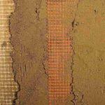 Putzaufbau auf Lehm-Klimaelementen: Neben dem weißen Glasgittergewebe der Plattenoberfläche erhält bei Wandheizungen auch die Spachtelschicht eine vollflächige Armierung (hier rot). Bild: WEM Wandheizung