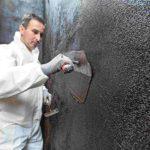 Auftrag der kunststoffmodifizierten Bitumendickbeschichtung KMB, hier mit Isotec-VAS. Bild: Isotec