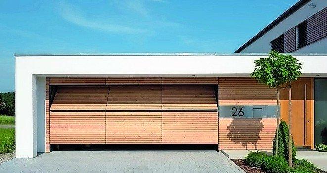 Garage mit Holzverkleidung, die sich nahtlos in die Fassadenverkleidung einfügt. Bild: Käuferle