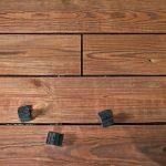 Holzdielen für die Terrasse mit Abstandshaltern aus Plastik. Bild: Egger Holzwerkstoffe