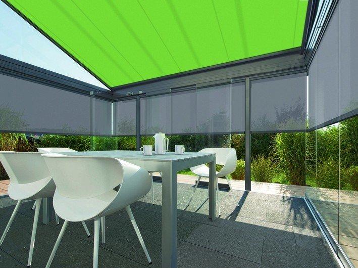 Verglaste Terrasse mit ausfahrbarem Sonnenschutz. Bild: Warema