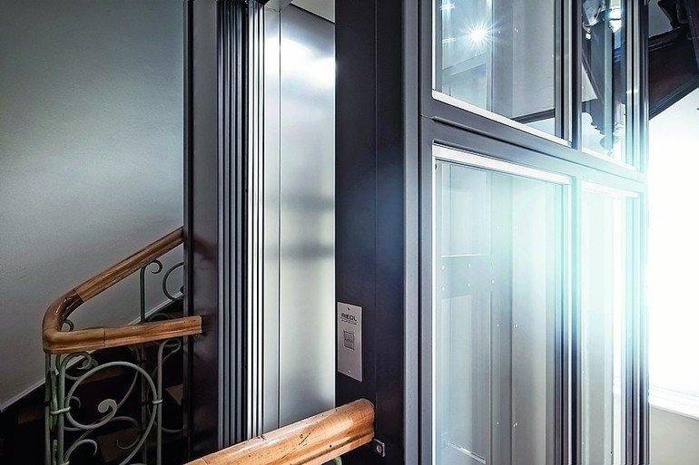 Schlanke Aufzugstür von Aufzugsmanufaktur Riedl