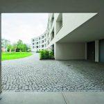 Der Innen- bzw. Gartenhof ist über Durchgänge mit der Siedlung Schillerpark und den umliegenden Grünanlagen vernetzt und bietet mit großen Wiesenflächen Platz für Gemeinschaft und Entspannung. Bild: Deutsche Poroton / Gerhard Zwickert